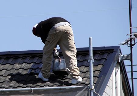 屋根の修理をしているイメージ