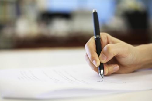 書類にサインするイメージ