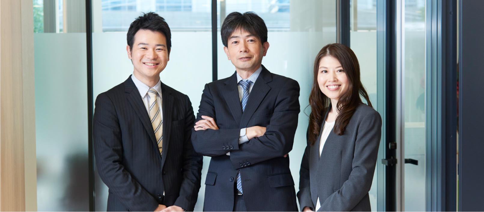 左:司法書士 遠藤 広、中央:司法書士 森川 英太、右:司法書士 辻 美沙樹